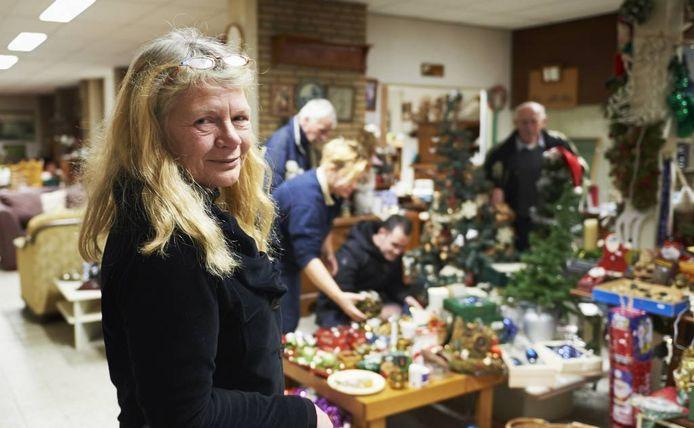 Alice Baart in de kringloopwinkel in Mariaheide.