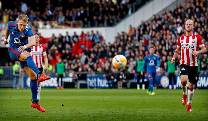 Nicolai Jørgensen schiet de 0-1 binnen.