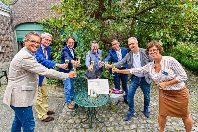Monumentenprijs 2021 gaat naar het Mastboomhuis. Wethouder Wierikx (links) reikte de prijs en bijbehorend schildje uit.