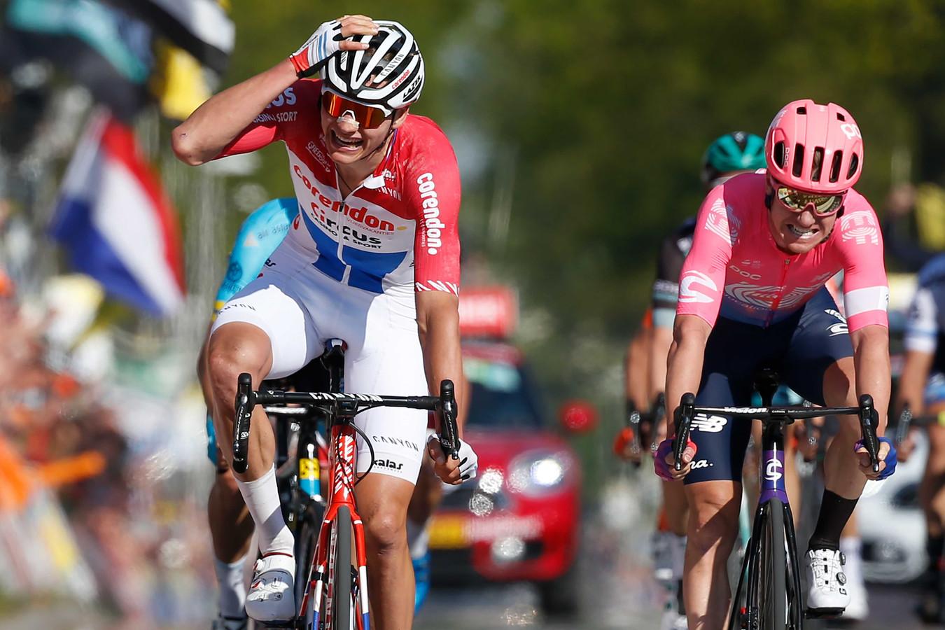 Mathieu van der Poel viert zijn overwinning in de Amstel Gold Race.