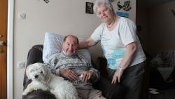 """Andre (90) en Coralie (80) ongedeerd na horrorcrash, én hun gevluchte hondje is terug thuis: """"Ik denk dat we elk 50 engelbewaarders hebben"""""""