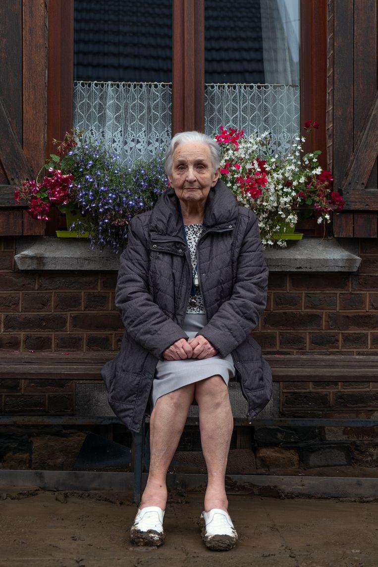 Ida Lahy zit inmiddels droog en wel een paar huizen verderop, met bemodderde voeten op het bankje voor het huis van haar zoon. Beeld HJ Hunter