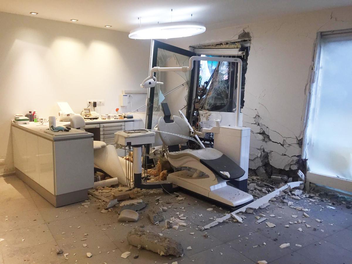 De tram - die je aan het linkse raam kan zien staan - vernielde een tandartsenpraktijk.