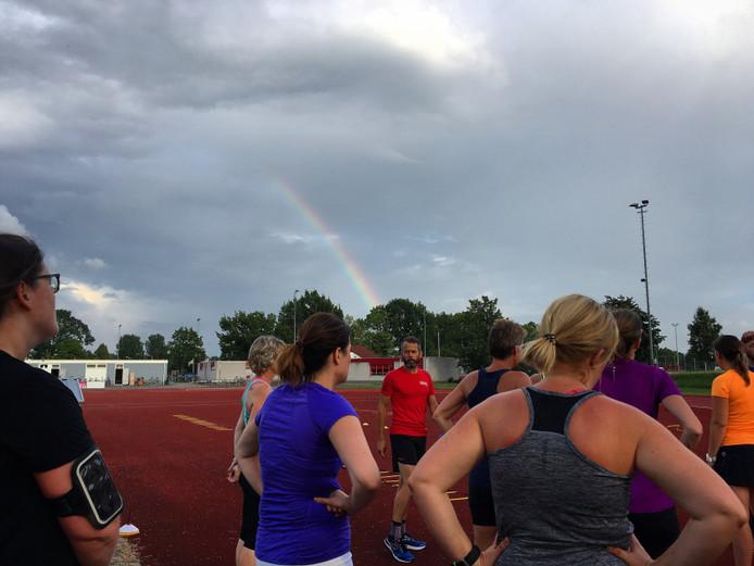 Een regenboog achter trainer Frank! De pot met goud hebben we helaas niet gevonden… =(