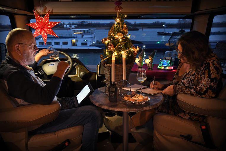 Het echtpaar Breimer viert Kerst in hun camper aan de Waal in Druten.  Beeld Marcel van den Bergh