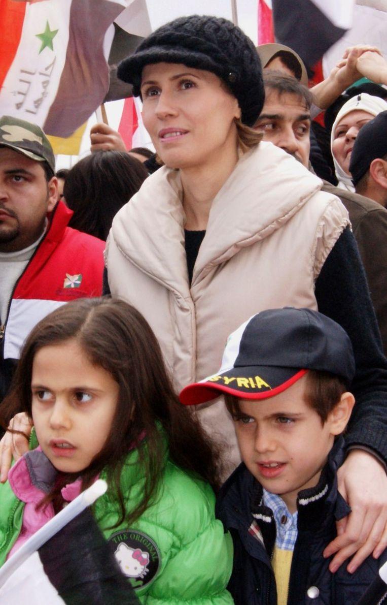 Asma Assad luistert met haar kinderen naar een toespraak van Bashar Beeld anp