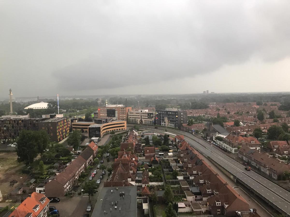 Donkere wolken in Eindhoven. Foto gemaakt op Strijp-S.