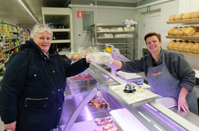 Vaste klant Petra Hagen met uitbaatster Els Van Ceulen.