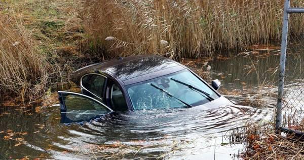 Auto te water na botsing in Den Bosch, bestuurder door andere automobilist uit voertuig gehaald.