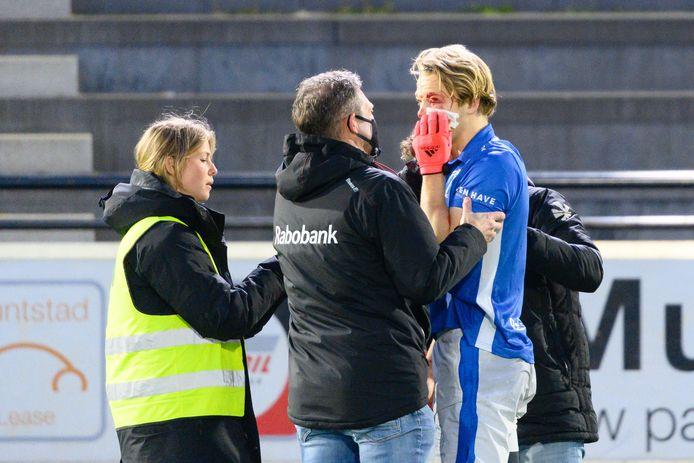 Jip Janssen wordt behandeld, nadat hij de bal in zijn gezicht heeft gekregen.