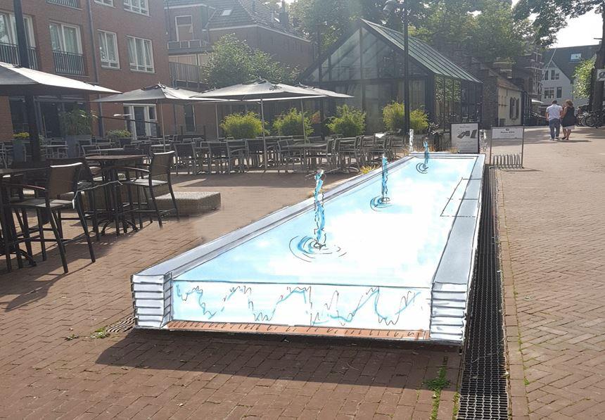 Impressie van de vernieuwde watertafels op het Lindeplein, met alleen stromend water aan de kopse kanten.