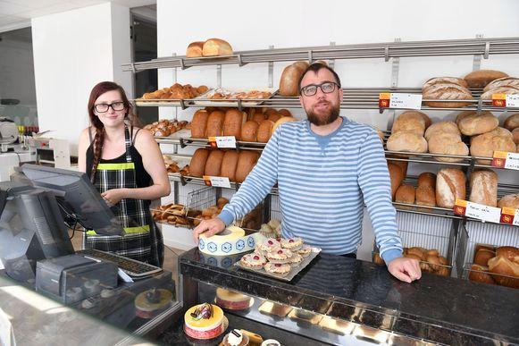 Bakker Ward Laeremans en winkelbediende Lore Van Den Driessche openen 'Bakkerij Armand'.