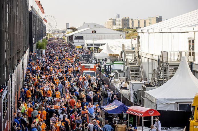 Publiek achter de hoofdtribunes tijdens de eerste vrije training op het circuit van Zandvoort. Voor het eerst sinds 36 jaar wordt op Circuit Zandvoort de Formule 1-wedstrijd Dutch Grand Prix Zandvoort verreden