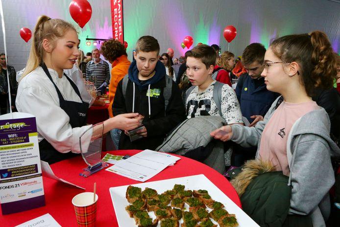 Vmbo-leerlingen krijgen uitleg tijdens de banenmarkt voor scholieren.
