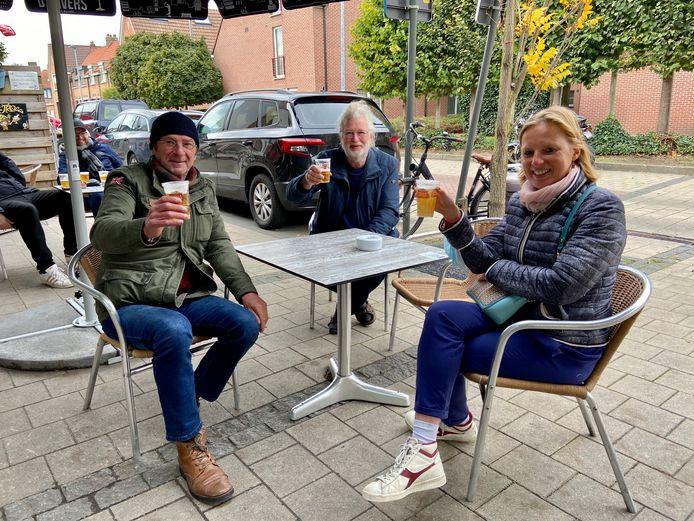 Archiefbeeld - een pintje drinken op het terras van eetcafé Den Trol in Schoten