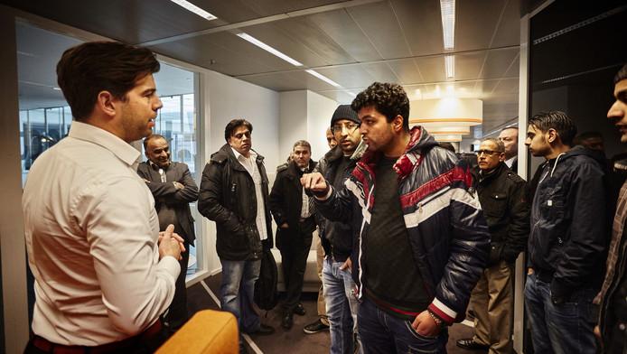Chauffeurs protesteerden gisteren in Rotterdam. Nu Uber Haagse bestuurders heeft gevraagd om in hun stad te komen rijden, zijn ze helemaal woest.