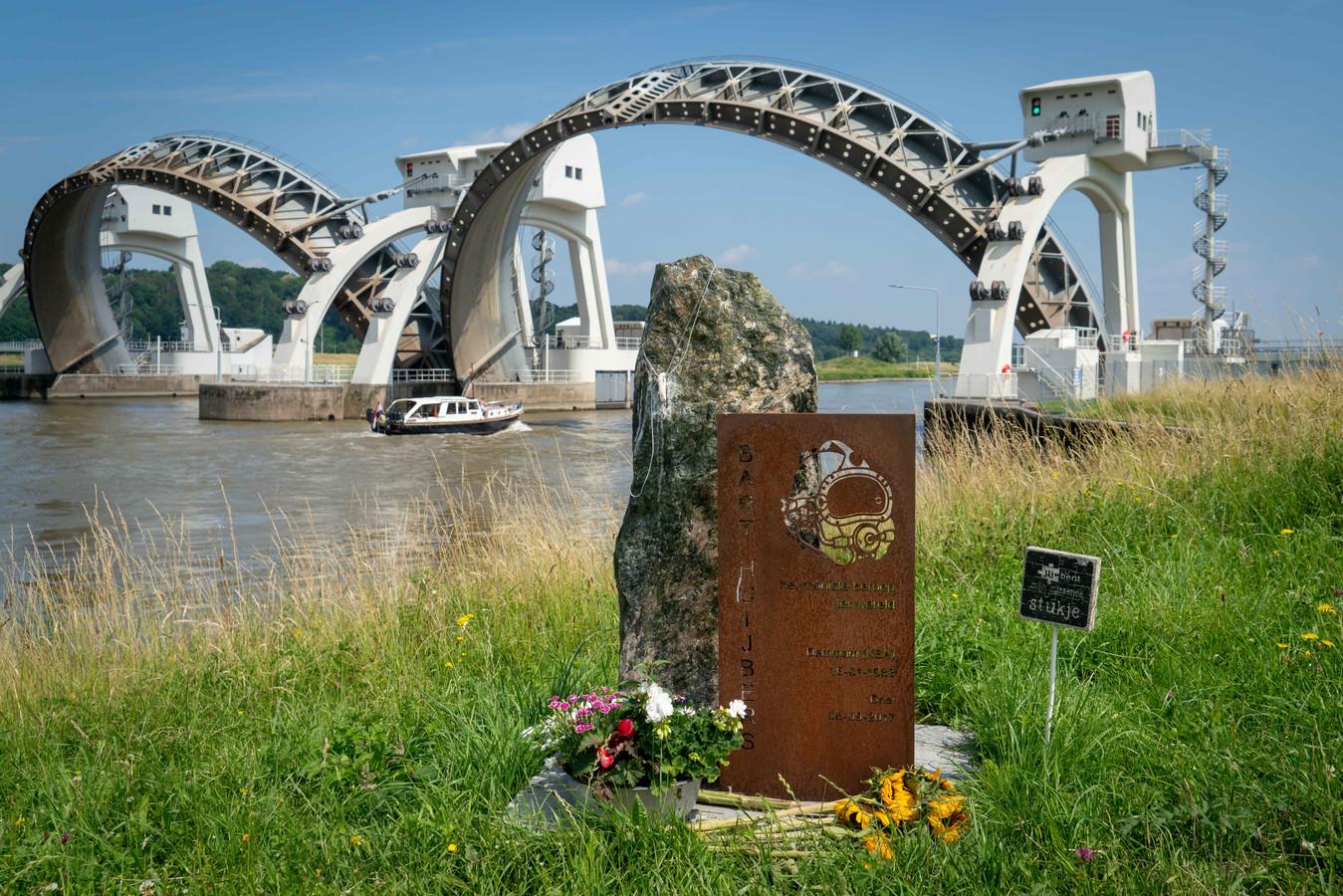 Bij het stuwencomplex in Driel  - ook wel aangeduid als 'de kraan van Nederland' - is een monument opgericht ter nagedachtenis aan Bart Huijbers uit Gemert.