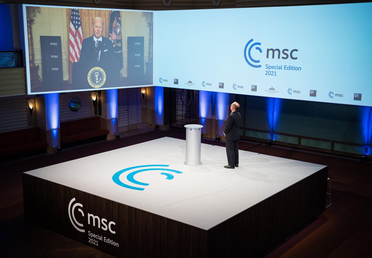 De Amerikaanse president Joe Biden (op het scherm) spreekt tijdens de digitale editie van de veiligheidsconferentie, vrijdag in München.