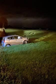 Auto raakt in Rouveen van weg in sloot, bestuurder naar ziekenhuis