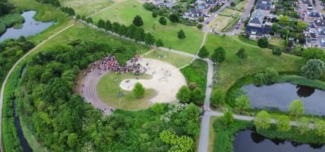 Oranjefeest slaat om in Nijkerk: ME veegt park leeg, jongeren laten gigantische puinhoop achter