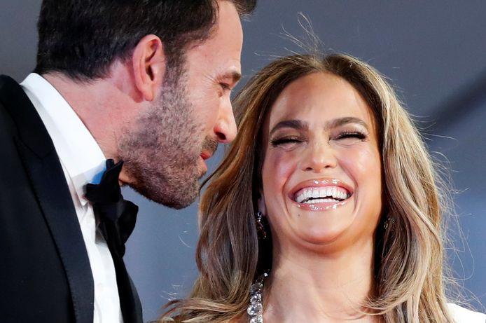 Jennifer Lopez en Ben Affleck zijn na achttien jaar weer samen gespot op de rode loper. Het stel poseerde vrijdagavond samen tijdens het Filmfestival van Venetië.
