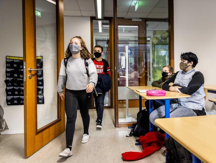 Leerlingen lopen een klaslokaal in. Illustratiebeeld.