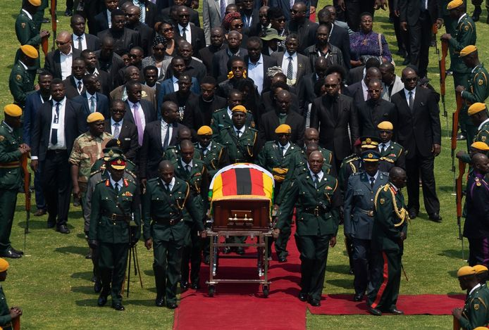 Met groot militair eerbetoon en gevolgd door familie en onder meer Afrikaanse leiders, krijgt de lijkkist met Robert Mugabe een plek in het stadion voor een herdenkingsplechtigheid. Foto AP