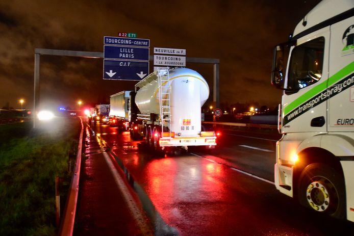 Boze Franse truckers versperden de snelweg met hun vrachtwagens.
