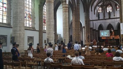 Zesdejaars wonen proclamatie bij in Sint-Dimpnakerk, familieleden en leraren kunnen alles volgen via livestream