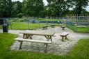 De picknicktafel op het terrein van kinderboerderij de Voskuilerhoeve in Wezep waar rokende jeugd zich tijdens de lockdown ophield.