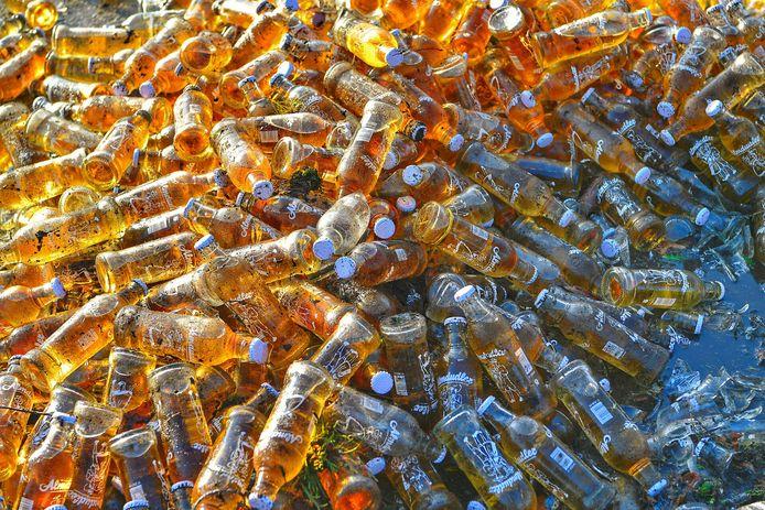 De flesjes lagen op de grond.