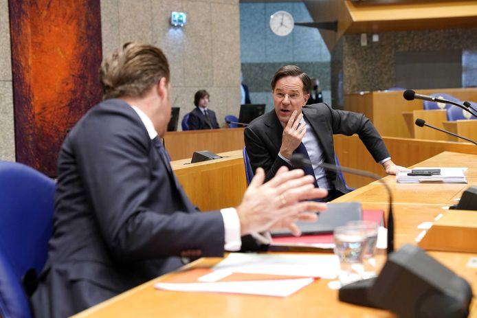 Demissionair premier Mark Rutte en demissionair minister Hugo de Jonge (Volksgezondheid, Welzijn en Sport) in de Tweede Kamer tijdens het debat over de ontwikkelingen rondom het coronavirus.