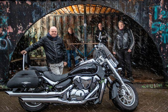Edwin Eikelenberg (l) en zijn motorvrienden Han van der Meulen, Rob Leurink en Hans Vermeulen.
