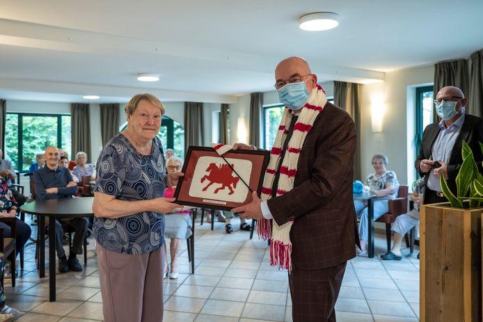 De burgemeester kreeg verschillende cadeaus tijdens zijn bezoek aan het rusthuis.