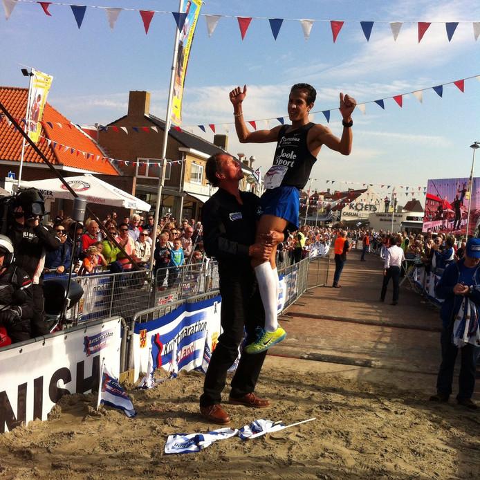 Lein Lievense tilt winnaar Hamid El Mouaziz in de lucht.