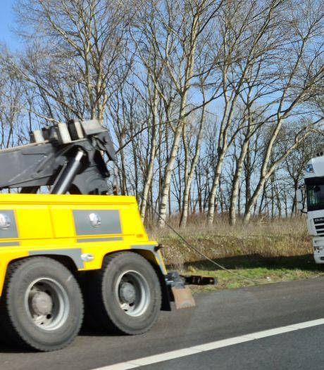 Vrachtauto van de weg A59 richting Hooipolder, tijdelijk één rijbaan beschikbaar