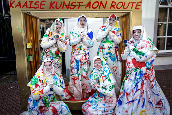 De dames van De Theemutsen trokken als Kaaise Kunst Ain Route door het centrum. De bij aanvang witte nonnetjes lieten zich beschilderen door de toeschouwers, en na afloop van de optocht was dit het eindresultaat.
