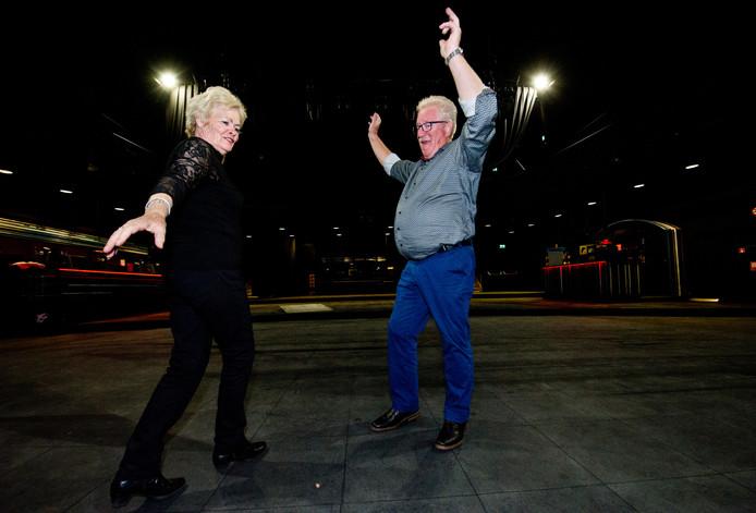 Herman van Holen en Toos Vogel nemen alvast een voorproefje op de dansvloer van de Rode Zaal (de grote zaal) van Doornroosje.