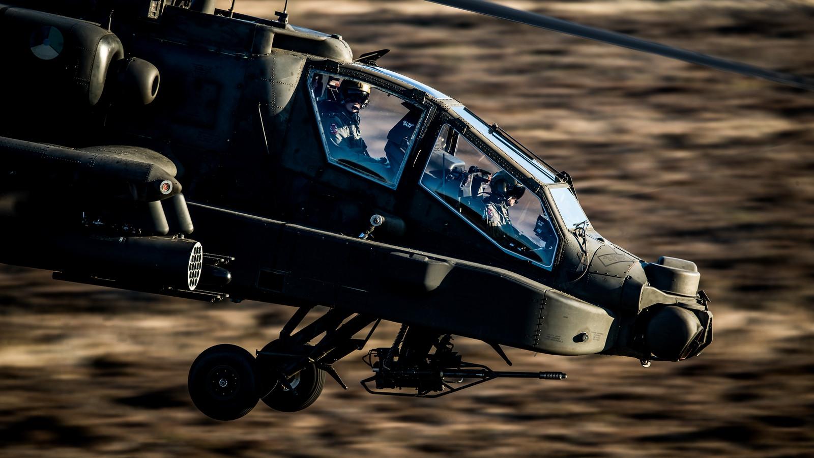 Een Apache gevechtshelikopter tijdens de vlucht.
