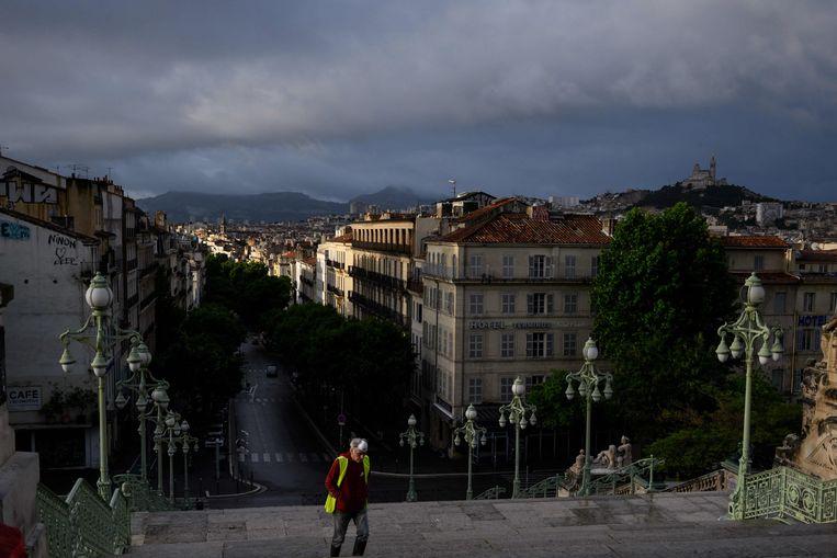 De lege straten van Marseille, bezien vanaf het treinstation in de stad. Beeld AFP