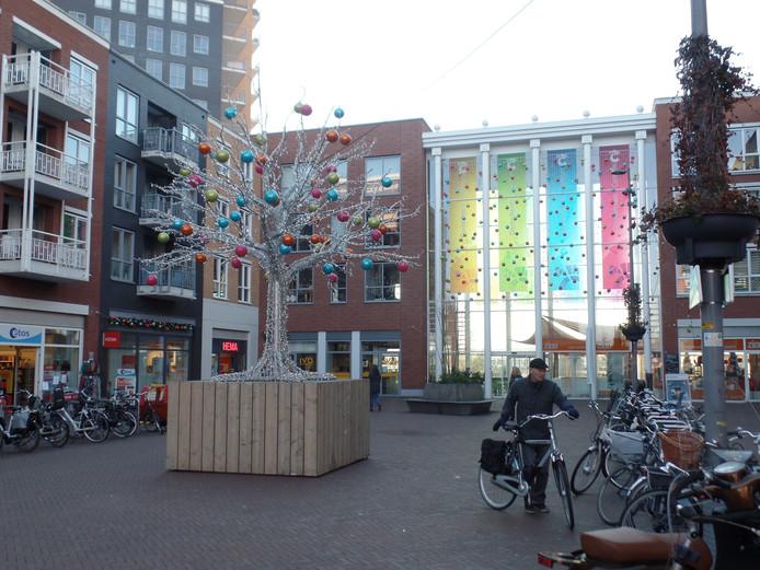 Archiefbeeld ter illustratie. De winkeliers hebben met een zilverkleurige kunstkerstboom en mooie grote kerstballen het plein opgeleukt.