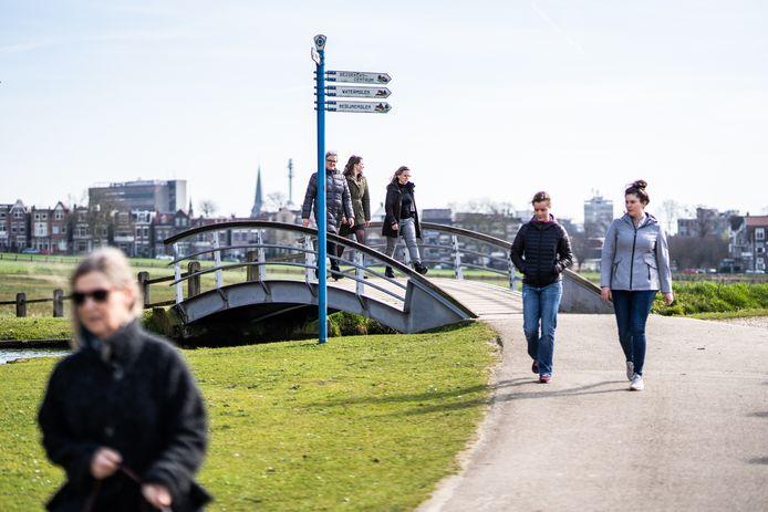 Als we straks zonder restricties naar buiten mogen dan flaneert niet alleen de Figurant maar dan flaneren wij allemaal. Door de binnenstad en Sonsbeekpark (archieffoto).