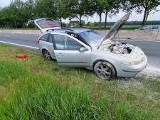 Auto begint te roken tijdens rijden, bestuurder blust brandje zelf