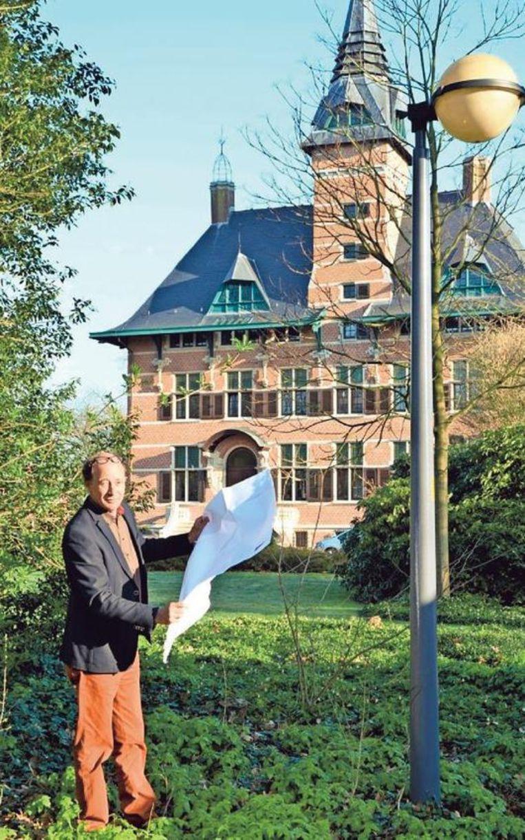 Schepen Sus Vissers (CD&V) met zijn lichtplan bij een van de 3.300 lichtpunten in de gemeente.