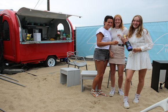 Anneleen Snauwaert op Soulbeach, met de dochters Maïté en Margaux.