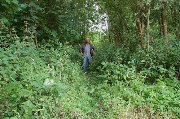 Paul Sterkendries toont de slechte staat van de wandelwegen.