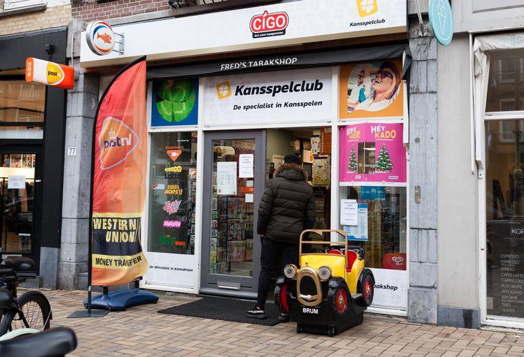 Fred's Tabakshop in de Javastraat. 'De lokale ondernemer gaat ten onder terwijl Albert Heijn steeds groter wordt.' Beeld Nina Schollaardt
