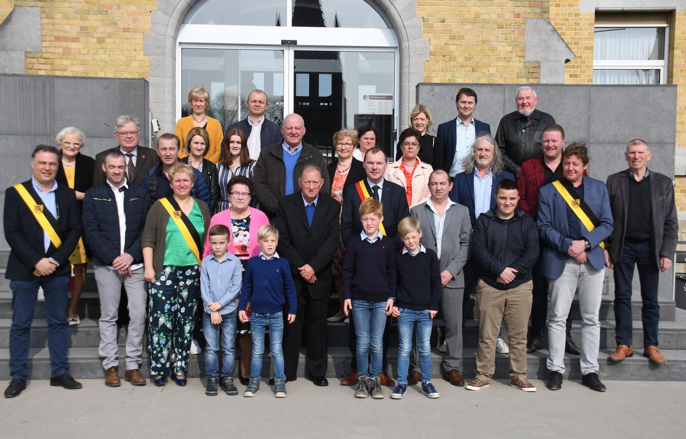 Het gouden echtpaar Alex Lefever en Annie Legrou werden tijdens hun ontvangst door het gemeentebestuur omringd door familie en vrienden.