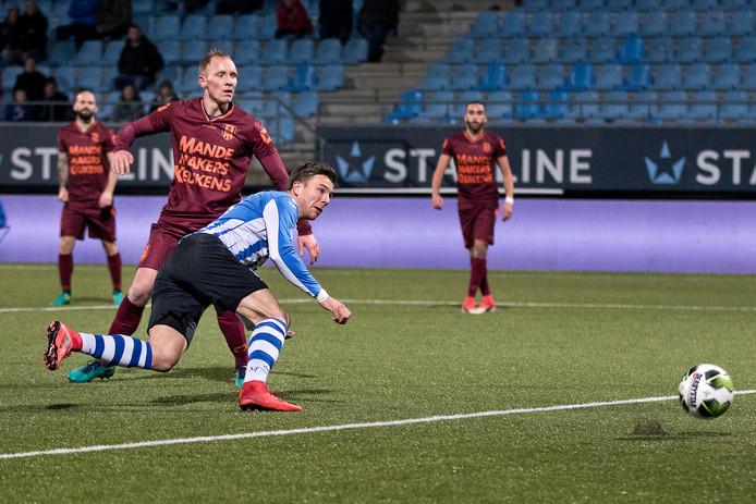 FC Eindhoven speler Mart Lieder (R) in duel met RKC Waalwijk verdediger Henrico Drost (L) .
