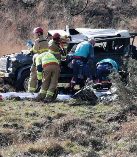 Auto met vier inzittenden vliegt over de kop in Hoog Soeren: twee gewonden, meterslange remsporen te zien
